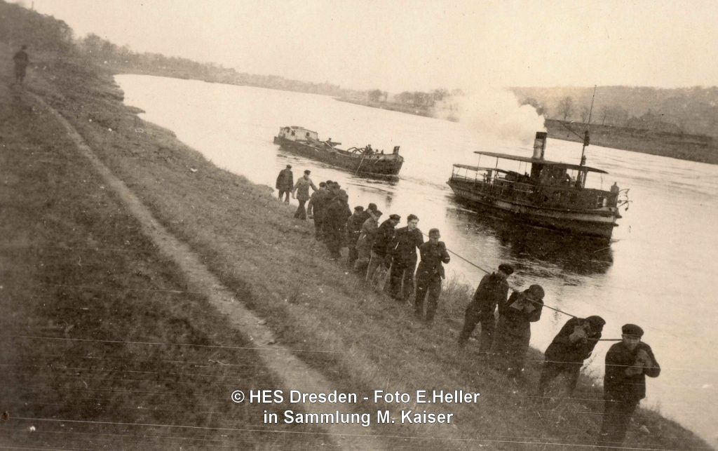 1945-12-24 LEIPZIG Rettungsaktion Fähre Johanna schleppt Werkzeugkahn, Foto E. Heller