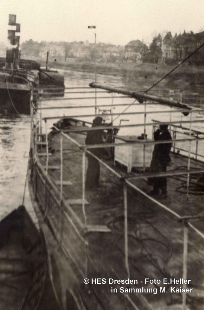1945-12-25 LEIPZIG verholen mit Schleppdampfer an Werft, Foto E. Heller (1)