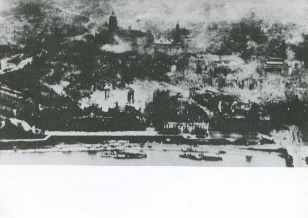 Februar 1945 - Vor der noch immer brennenden Stadt sind zwei Personendampfer zu sehen